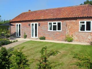 MOAT FARM COTTAGE, near the coast, off road parking, garden, in Aylsham, Ref
