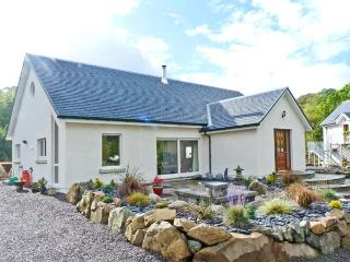 NANT HALL, romantic retreat, woodburning stove, patios, parking, in  Taynuilt, Ref 20081