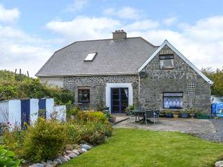 THE OLD SCHOOL HOUSE, quirky, character, open fire, garden, bay views, Carrowhol