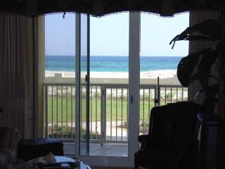 Beachfront - 4 bedroom/3 bath - GROUND FLOOR Convenience - FREE Beach Service!