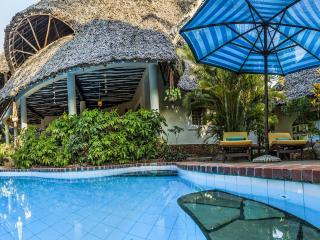 Great luxury villa with guesthouse, pool & cook, Diani Beach