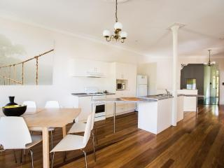 The Jacaranda Villa, Sleeps 14, Pool & Spa, Coffs Harbour