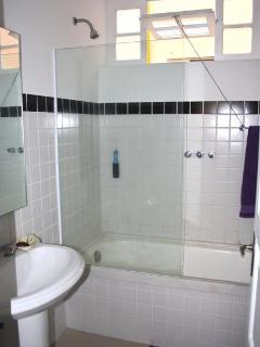 1rst Bathroom / banheiro da suite