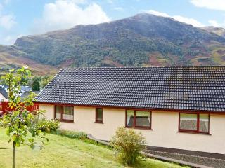 THE STEADING COTTAGE, mountain views, parking, garden, in Fort William, Ref 20420