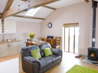 DINNY'S RETREAT, barn conversion, romantic base, woodburner, parking, garden, near Selside, Ref 20804