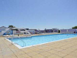 7c MEDMERRY PARK HOLIDAY VILLAGE, close beach, swimming pool, play area, Earnley