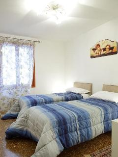 Second bedroom with double bed or two single beds (photo 3)