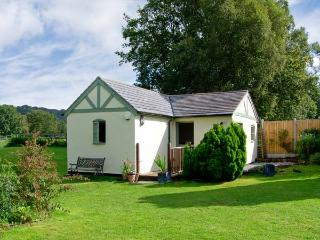 ROSE COTTAGE, pets welcome, en-suite, 4 acres of paddock, forest views