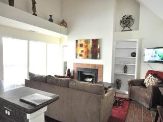 Great location sleeps 6! 2 blks to Conv. Ctr + 6th, Austin