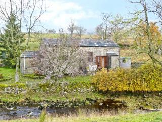 THE READING ROOMS, pet-friendly riverside cottage, woodburner, walks from door, National Park, near Buckden Ref 5414