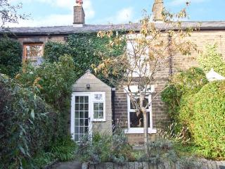 LAVENDER COTTAGE, woodburner, country views, walks from door, in Hayfield Ref 12290