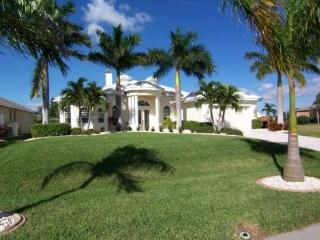 Villa Starlight - SW Cape Coral 3b/3ba/Den Elect Heated Pool/Spa Home, Fireplace, Gulf Access Canal, Boat Dock with Tiki Hut, WiFi