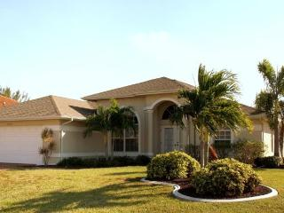 ****Villa On The Lake - sleeps 8! Pet friendly! BOOK TODAY~Rates as low as $85 per NIGHT****, Cape Coral