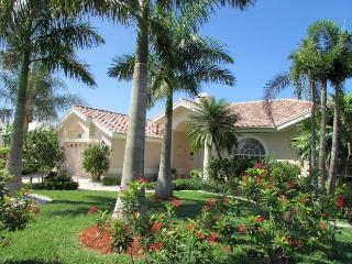 Villa Lady Jane - SE Cape Coral, 3b/2ba Pool Home, Gulf Access, Electric and solar heated Pool & Spa, Boat Dock w.Lift, Bicycles,