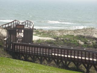 Updated 2BR 3BA Condo on the Beach with views!, Port Aransas