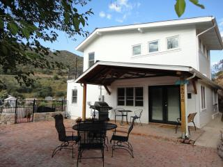 Dragonview Retreat, 4 bed/2 bath luxury home, hot tub, patios, mountain views