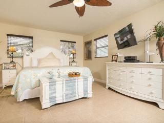 GulfSideSuite at 30 seconds Walk to the Beach. WOW Photo