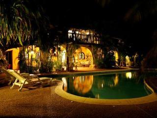 Villa Amarilla by Night with Pool , Villa Amarilla bei Nacht