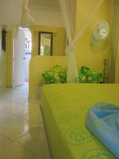 Villa Amarilla, unteres Schlafzimmer mit Blick zum Bad