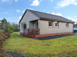 5 INNES-MAREE, pet-friendly cottage near loch, single-storey, balcony, in