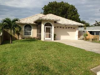 Gorgeous Pool Home- 1.1 miles to Pristine Beaches!, Napels