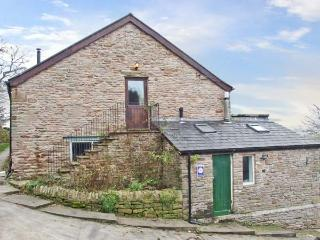 THE HAYLOFT, detached cottage, with woodburner, en-suite bedrooms and garden, ne