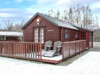 CREAG DHUBH, hot tub, decked area, garden, off road parking, in Newtonmore, Ref