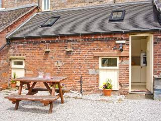 COACHMAN'S COTTAGE, woodburner, off road parking, gravelled garden, in Bradnop