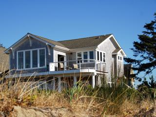 BAY FRONT BUNGALOW FALL SPECIAL  3rd NIGHT FREE !!, Lincoln City