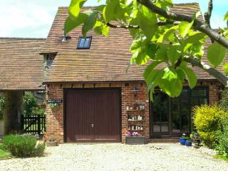 KITTY'S LOFT, near beach, off road parking, garden, in Godshill, Ref 21300