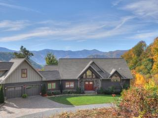 Gorgeous Mountain Top Luxury Home - 2 Miles to Ski-Easy Access- Fantastic Views!, Maggie Valley