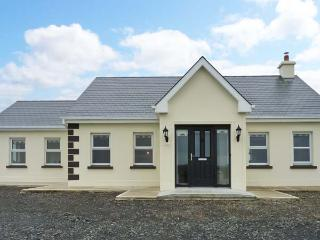 BREEN'S COTTAGE, family accommodation, oil fired stove, sun room, lawned garden, near Doonbeg, Ref 17479