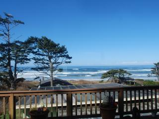 Panoramic Ocean View with Large Deck and Hot Tub!, Yachats