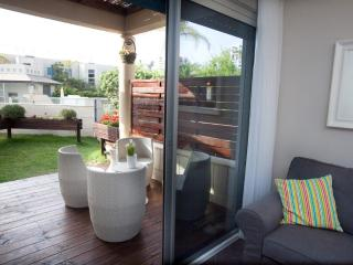 Lili's Place Quality 1BR Garden& pool Apartment, Herzlia