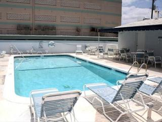 WONDERFUL CONDO 1/1 FOR 4, HEATED POOL, 1/2 BLOCK TO BEACH & BOARDWALK, Hollywood