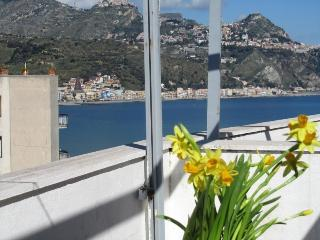 Beachfront 1-room apartment Best sea&Etna views!, Giardini-Naxos