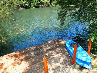 """Lily Pad""River Front Beauty! Dock!Your personal Retreat! Wineries! 3 for 2!, Guerneville"