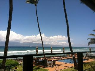 Comfortably Sleep up to 4 Adults in Our Blissful Oceanfront Condo!, Lahaina