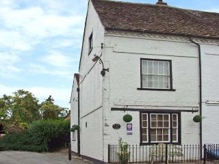 MINSTER HOUSE, family cottage, with woodburner, enclosed courtyard, close to tow