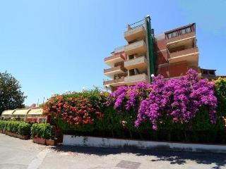 Seafront 1-room apartment with seaview in residence, Giardini Naxos