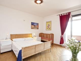 Rome, Trastevere area, 2 bedrooms, terrace, A/C