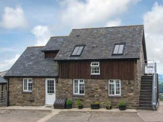 HALFEN GRANARY, woodburner, Jacuzzi bath, parking, garden, near Llanfyllin, Ref 15200