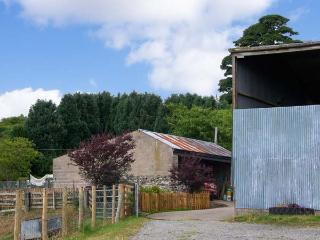 HALFEN GRANARY, woodburner, Jacuzzi bath, parking, garden, near Llanfyllin, Ref