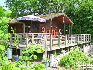 SEVENLY, romantic riverside cabin, lovely garden, Bewdley Ref 18974