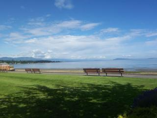 Imagine! Holiday right by Beach and Golf Course, Qualicum Beach