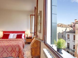 Apartment Terrazza with Canal view and terrace, near Casinò, Jewish Ghetto, 10 minutes walking to Rialto and 15 to San Marco, Veneza