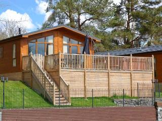 AMBLESIDE 82, detached lodge, lake views, hot tub, use of indoor heated swimming pool, near Troutbeck Bridge, Ref 22332