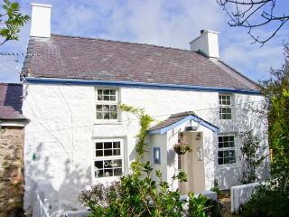 HEN TYN Y MYNYDD, pet friendly, character holiday cottage, with a garden in