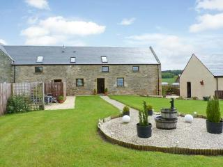 THE GRANARY, family accommodation, Jacuzzi bath, lawned gardens, views of Jedbur