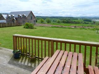 THE GRANARY, family accommodation, Jacuzzi bath, lawned gardens, views of Jedburgh and countryside, in Jedburgh, Ref 17400